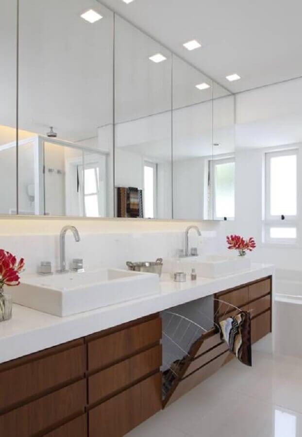 Armário espelheira para banheiro grande decorado com gabinete de madeira planejado