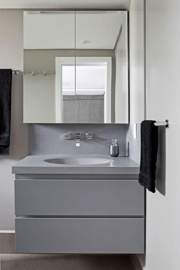 Armário espelheira para banheiro pequeno decorado com gabinete cinza suspenso
