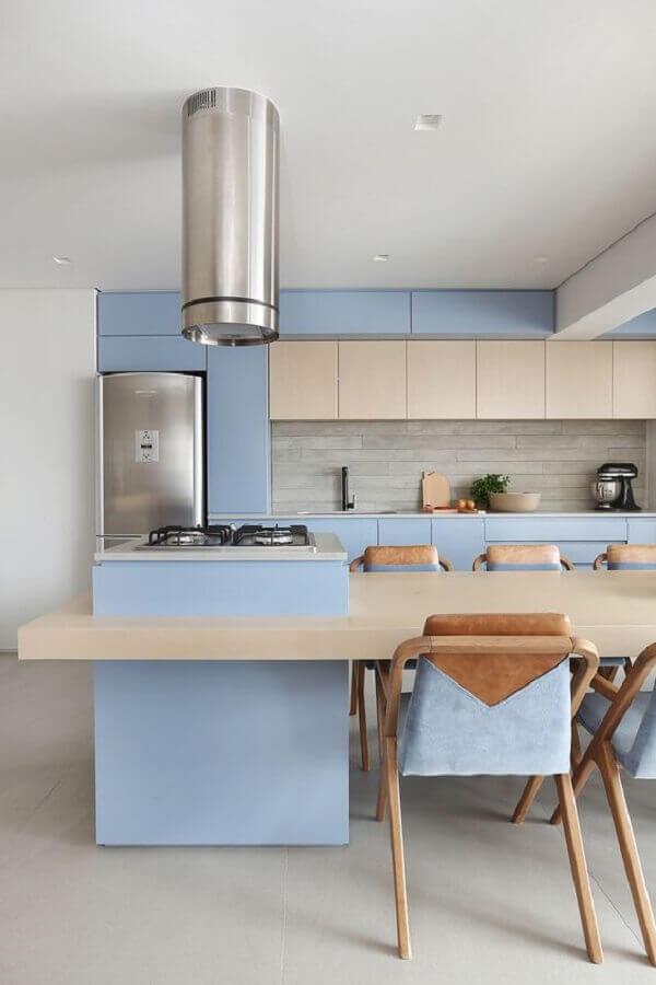 azul pastel para decoração de cozinha com ilha gourmet com mesa de madeira clara  Foto La Marcon
