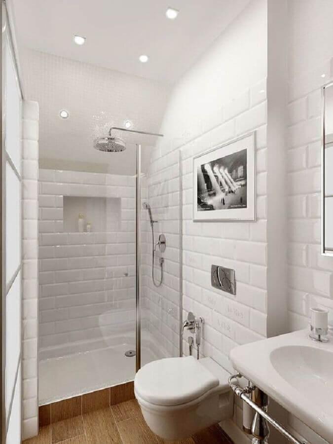 Azulejo de banheiro pequeno decorado todo branco com piso amadeirado
