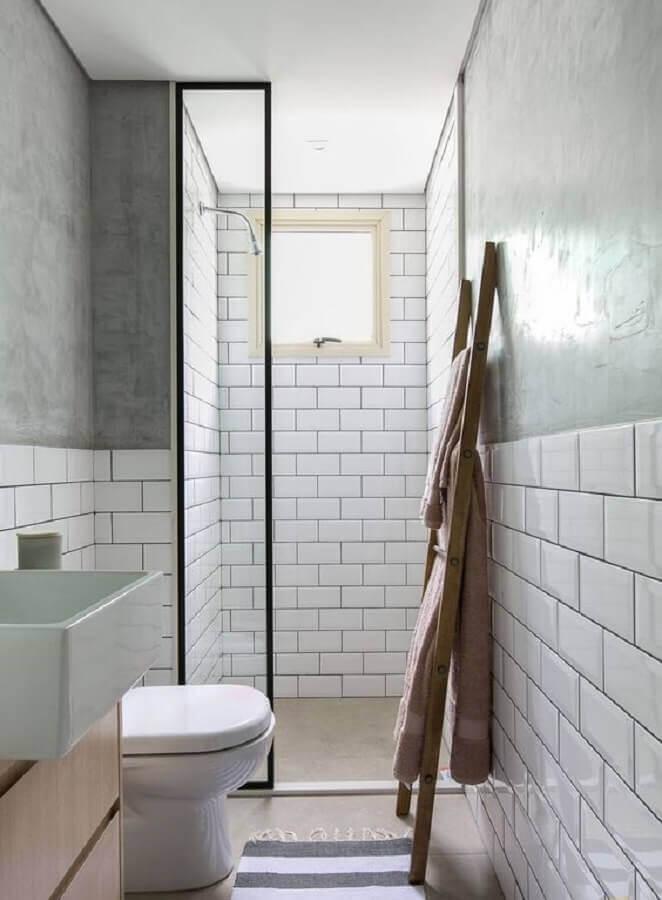 Azulejo de parede para banheiro branco com detalhe em cimento queimado