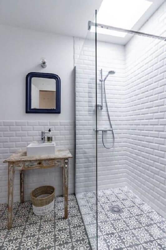 Azulejo para parede de banheiro branco decorado com piso antigo