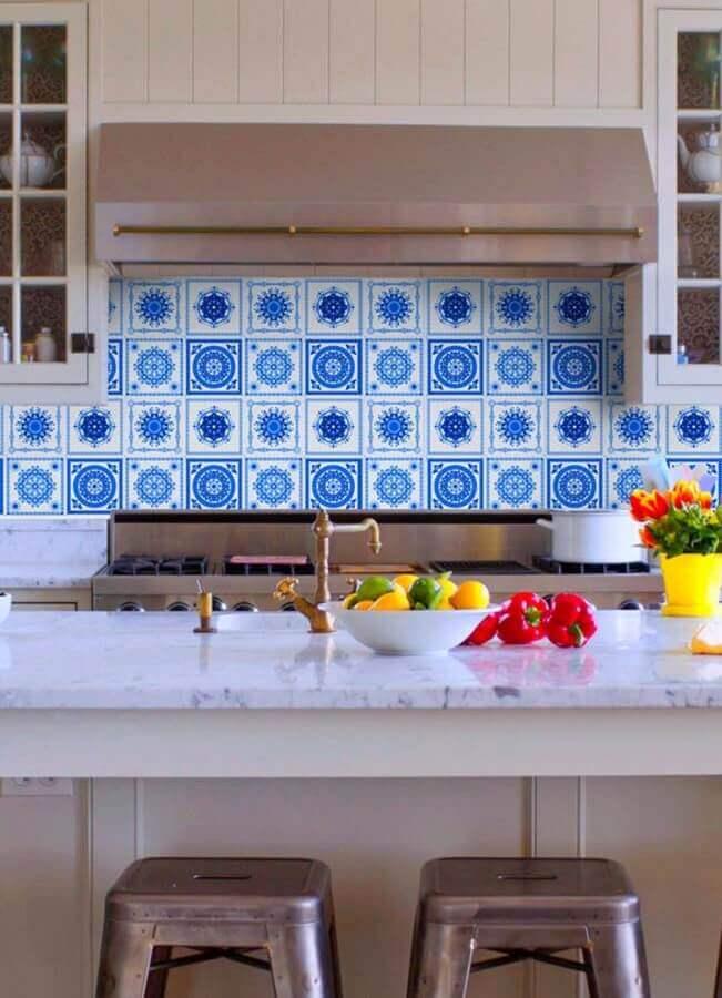 Azulejo português para cozinha com ilha decorada