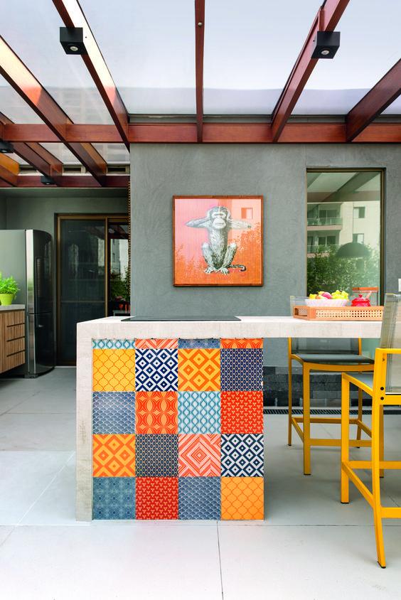 Azulejo retro patchwork colorido na bancada de cozinha