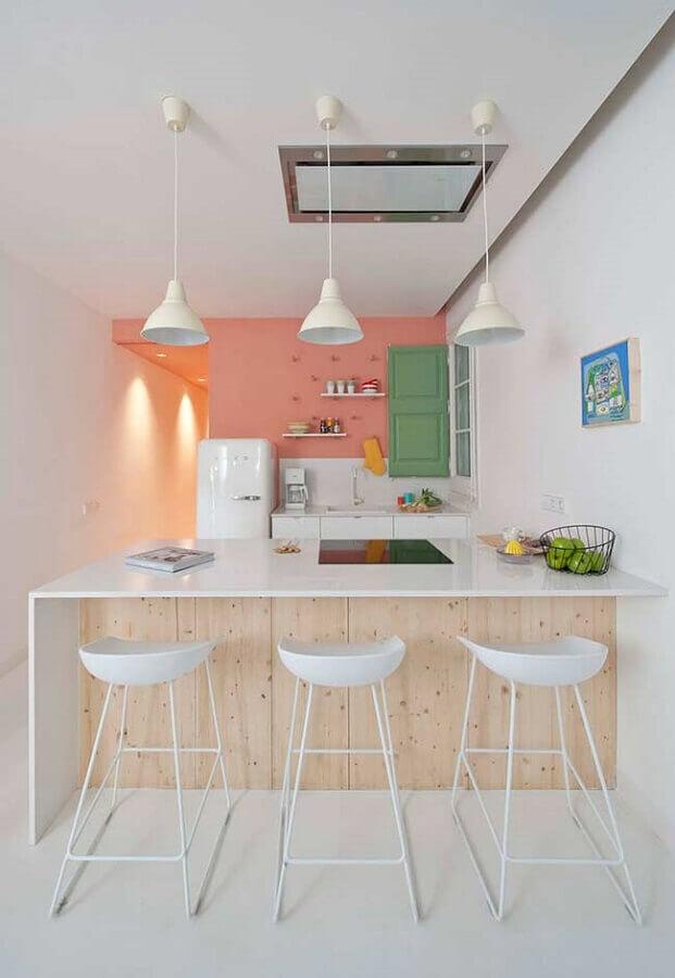 Bancada com banquetas para cozinha decorada em tons pastéis