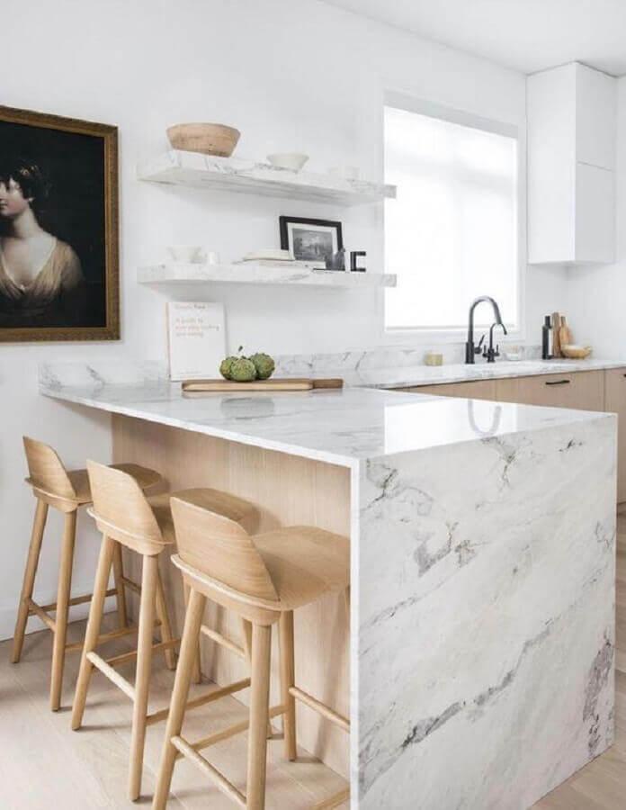 bancada de mármore branco para cozinha decorada com móveis de madeira clara