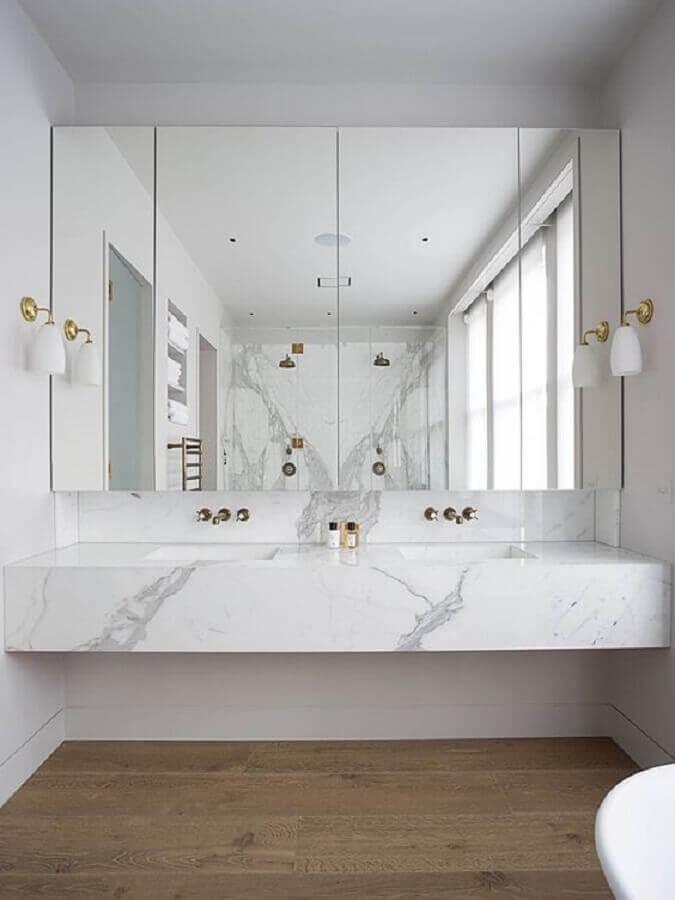 Bancada de mármore para banheiro branco decorado com arandela de parede