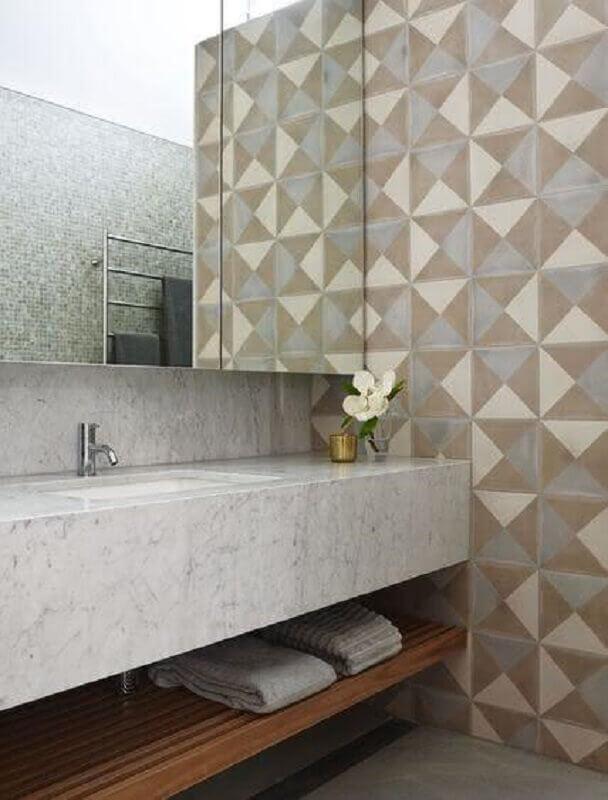 Bancada de mármore para banheiro decorado com revestimento geométrico
