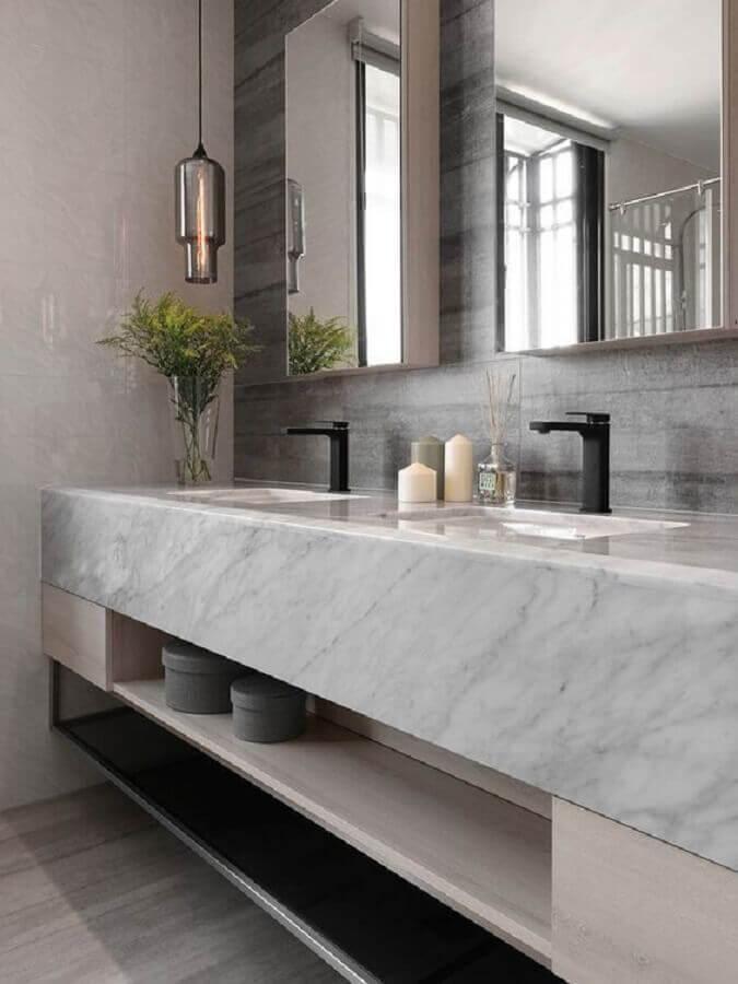 Bancada de mármore para banheiro moderno decorado com luminária de vidro