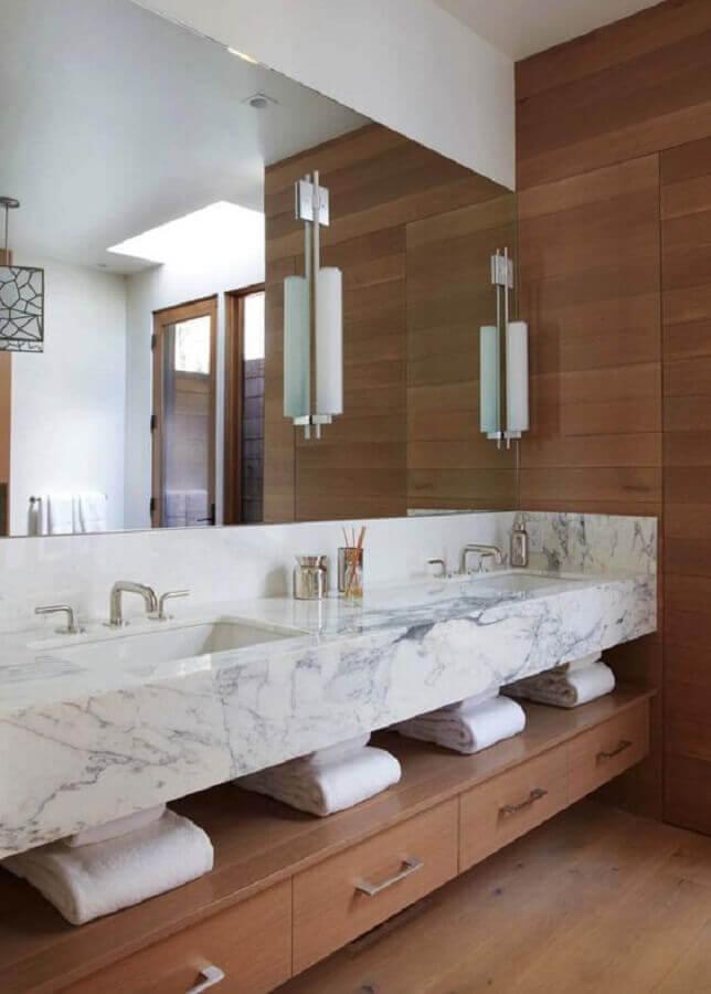 Bancada de mármore para banheiro planejado com detalhes em madeira