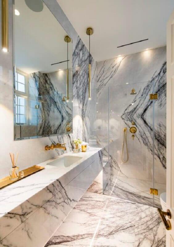 Bancada de mármore para banheiro sofisticado decorado com detalhes em dourado