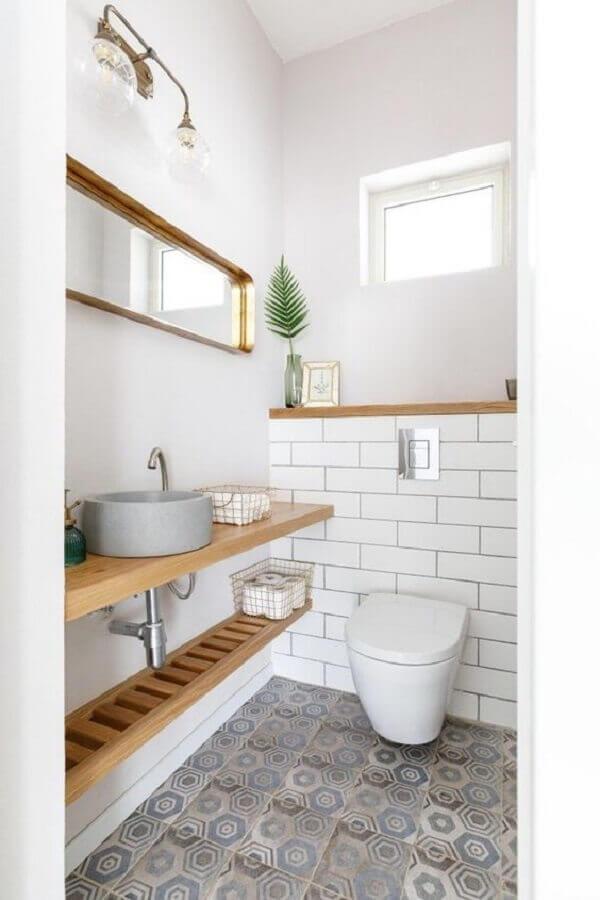 bancada de madeira para banheiro social simples decorado com piso antigo Foto Pinterest
