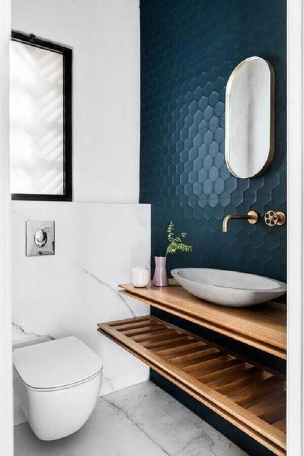 bancada de madeira para decoração de banheiro azul marinho e branco Foto Jeito de Casa