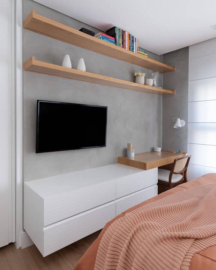 Bancada de madeira para home office no quarto de casal decorado com parede de cimento queimado