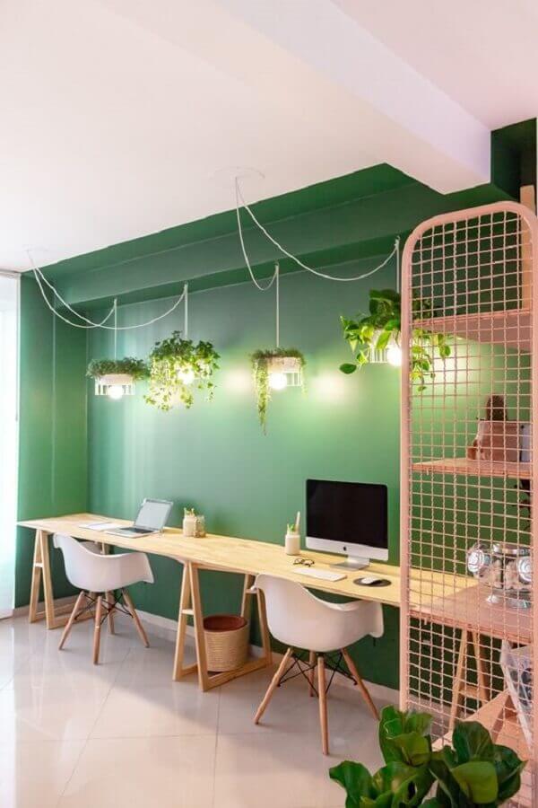 Bancada de madeira para home office simples decorado com parede cor verde