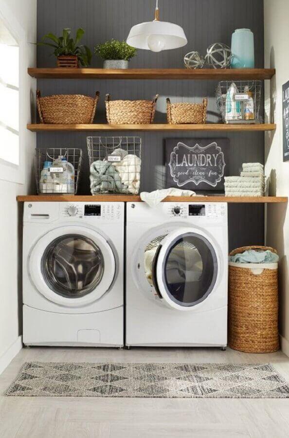 Bancada e prateleira de madeira para lavanderia pequena