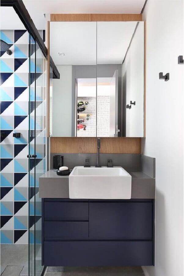 banheiro azul pequeno e moderno decorado com gabinete suspenso e revestimento geométrico Foto Home Fashion Trend