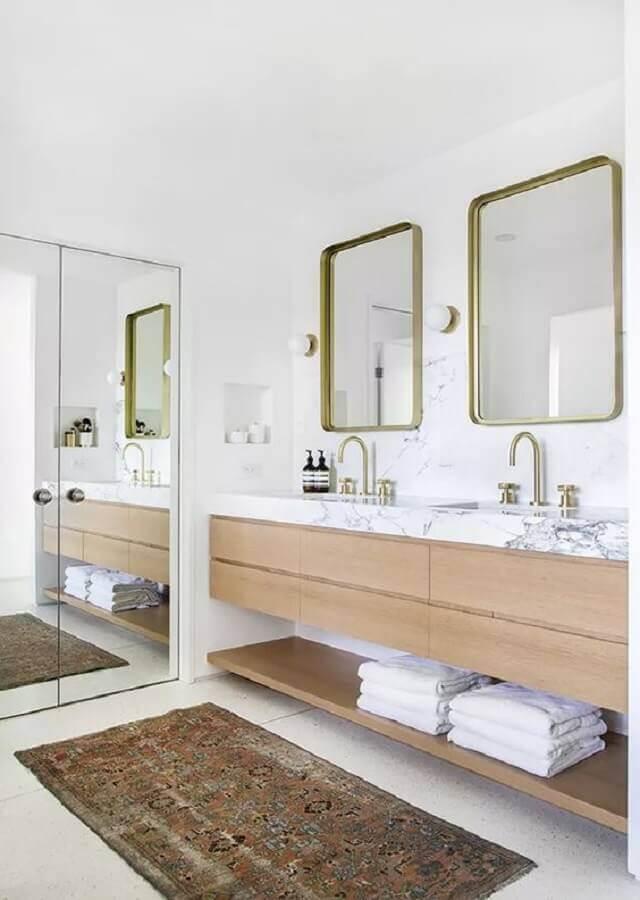 Banheiro branco decorado com bancada de mármore branco para gabinete de madeira planejado