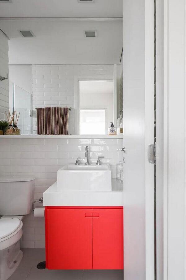Banheiro branco decorado com metro white e armario de banheiro pequeno vermelho