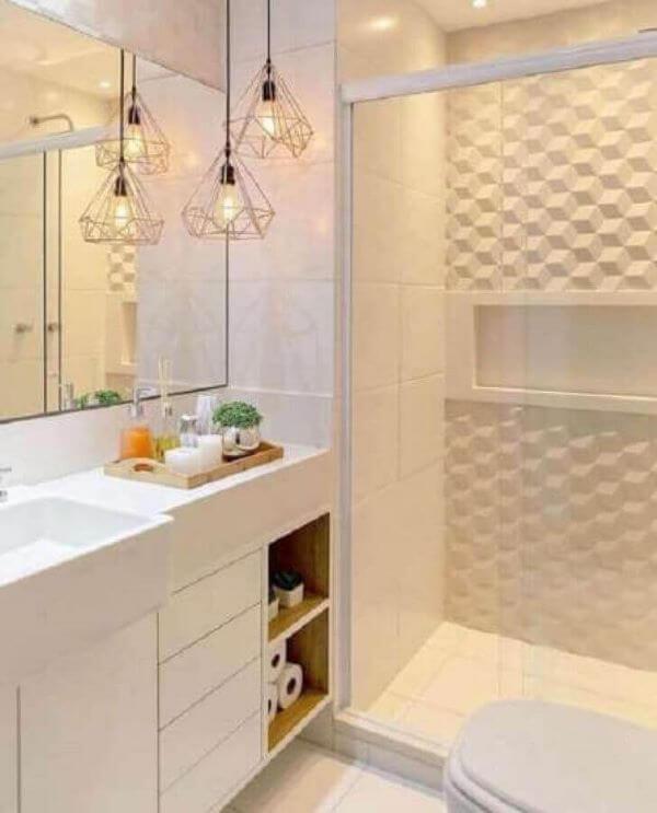Banheiro branco decorado com revestimento 3D e luminária pendente moderna aramada