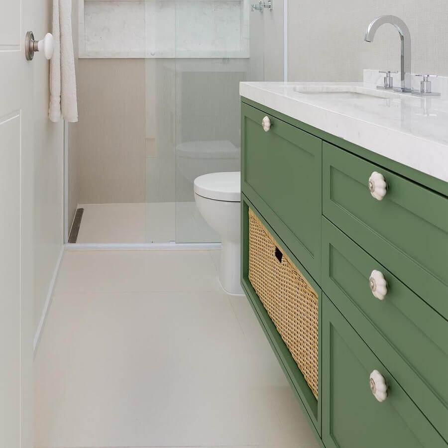 banheiro branco pequeno decorado com gabinete verde oliva Foto Doma Arquitetura