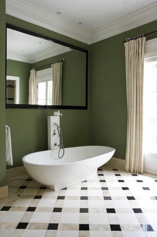 banheiro com banheira decorado com parede verde oliva  Foto Houzz