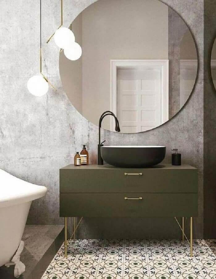 banheiro moderno decorado com espelho redondo e gabinete verde oliva  Foto ELLE