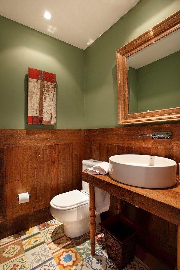 banheiro rústico decorado com parede verde oliva  Foto Revest Acabamentos