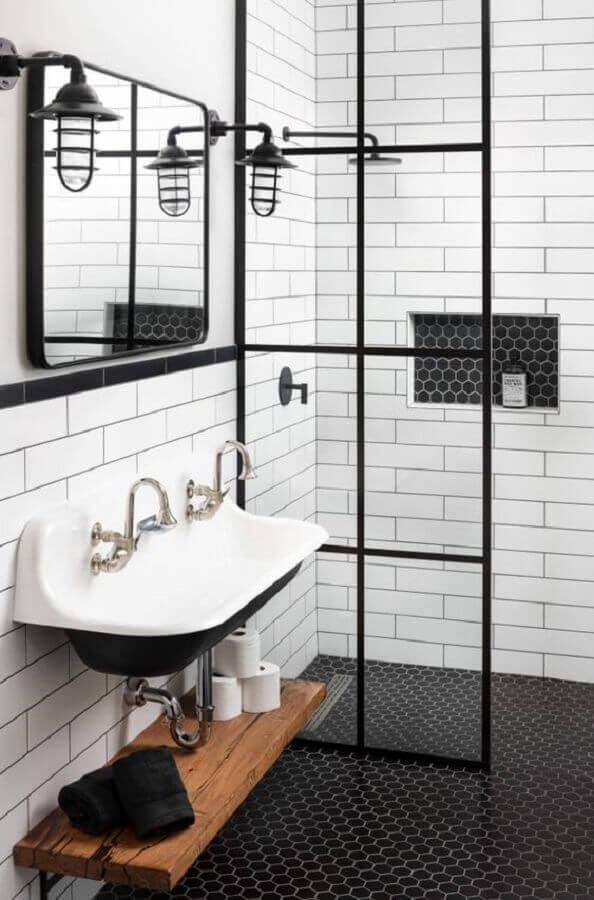 Banheiro simples decorado com pastilha hexagonal para piso preto