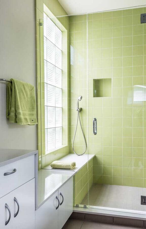 Banheiro simples decorado com revestimento na cor verde claro