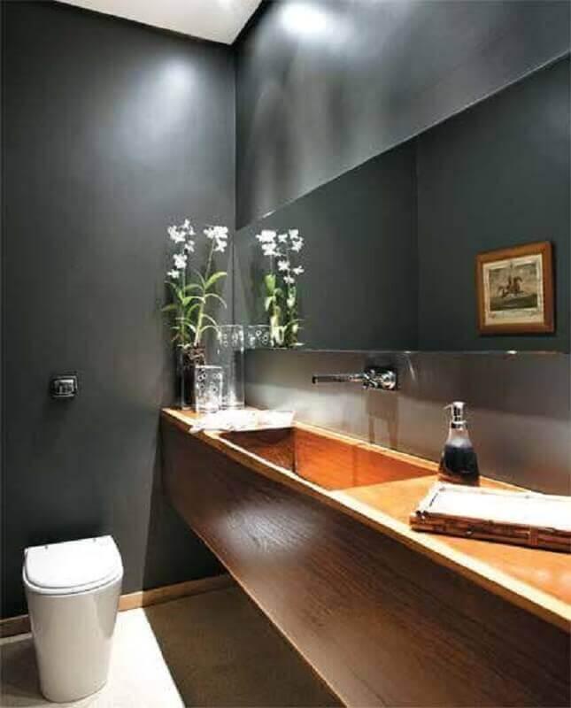 banheiro social cinza decorado com bancada de madeira planejada Foto Home Fashion Trend