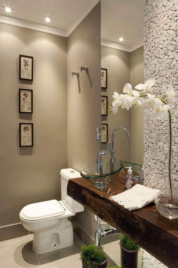 banheiro social decorado com bancada de madeira e revestimento de pedra para parede Foto Pinterest