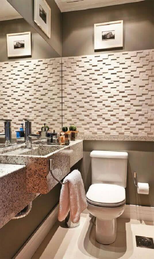banheiro social decorado com revestimento 3D e bancada de granito Foto Home Fashion Trend