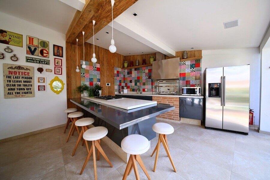 Banquetas para bancada de área gourmet ampla decorada com revestimento colorido