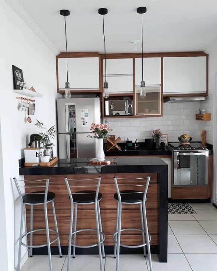 Banquetas para bancada de cozinha americana com decoração simples
