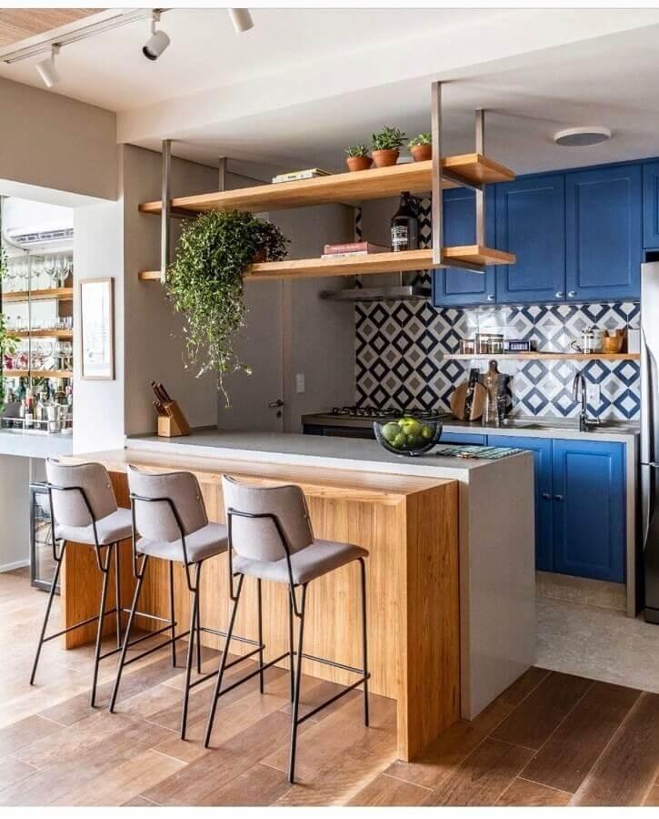 Banquetas para bancada de cozinha americana decorada com armários azuis