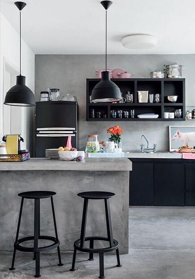 Banquetas para bancada de cozinha preta e cinza decorada com cimento queimado