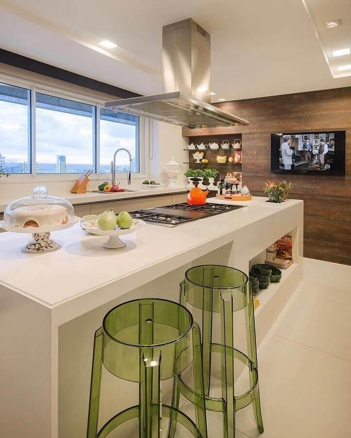 banquetas para ilha gourmet de cozinha branca decorada com revestimento amadeirado Foto Pinterest