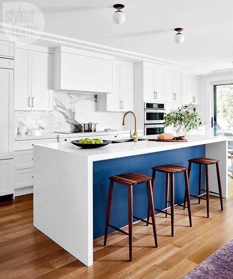 banquetas para ilha gourmet de cozinha sofisticada branca e azul Foto Style at Home