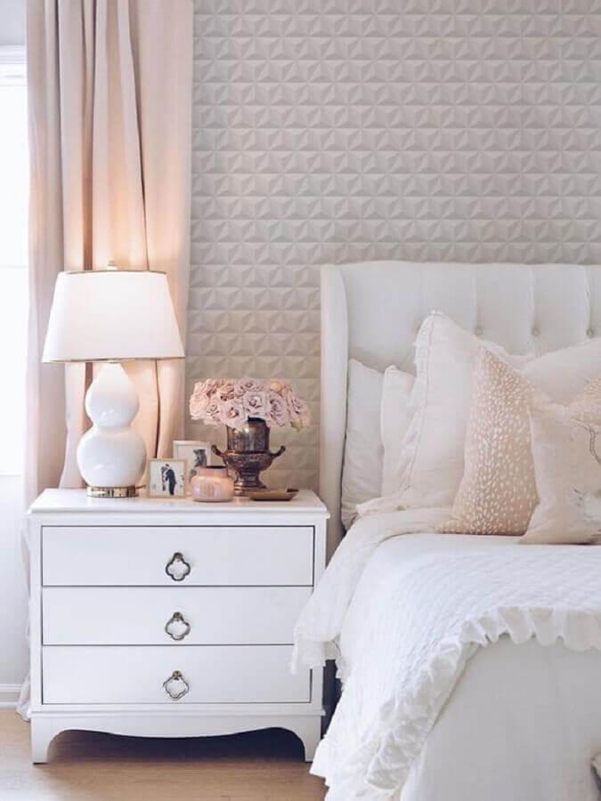 Cabeceira branca capitonê para decoração de quarto de casal com papel de parede 3D