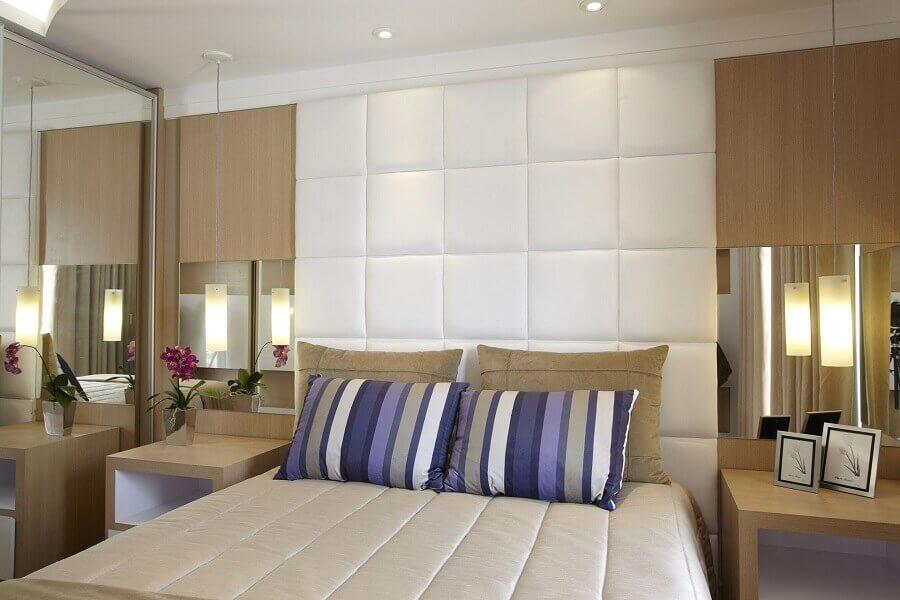 Cabeceira branca estofada para decoração de quarto de casal planejado com guarda roupa espelhado