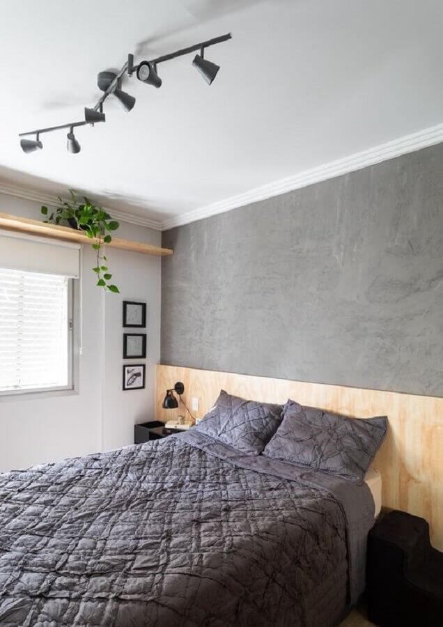 Cabeceira de madeira para decoração de quarto de casal simples branco e cinza