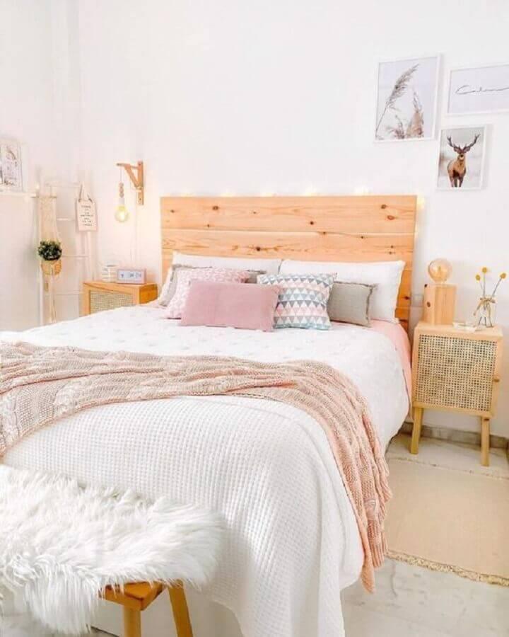 Cabeceira de madeira para decoração de quarto de casal simples todo branco