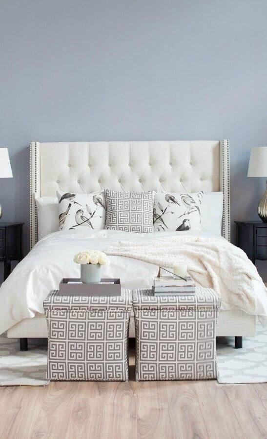 Cabeceira estofada branca para decoração de quarto de casal