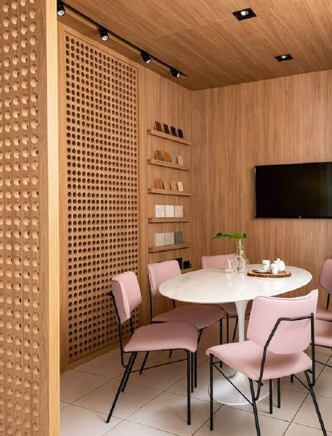 cadeira acolchoada cor de rosa para decoração de sala de jantar amadeirada  Foto Casa de Valentina