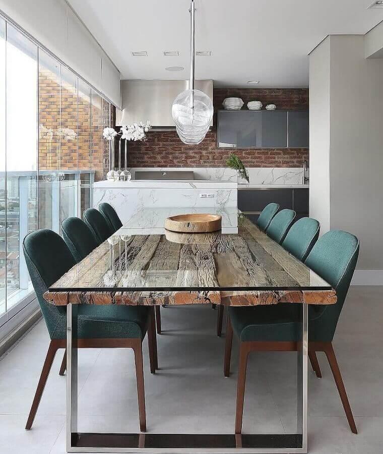 cadeira acolchoada para varanda gourmet decorada com mesa rústica  Foto Mariana Orsi