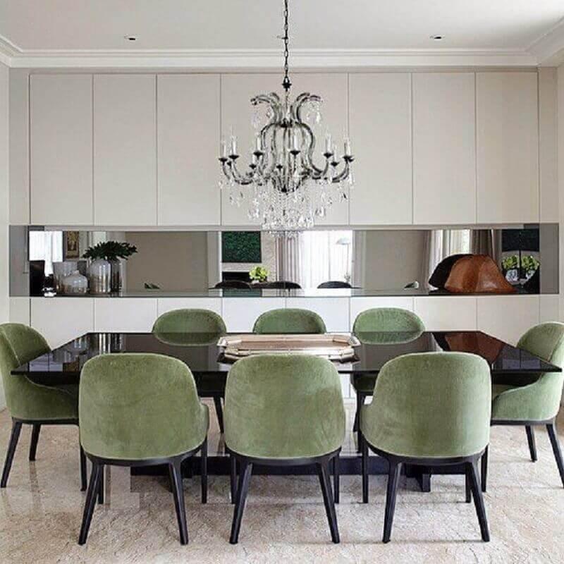 cadeira estofada verde oliva para sala de jantar decorada com lustre de cristal  Foto Paula Magnani