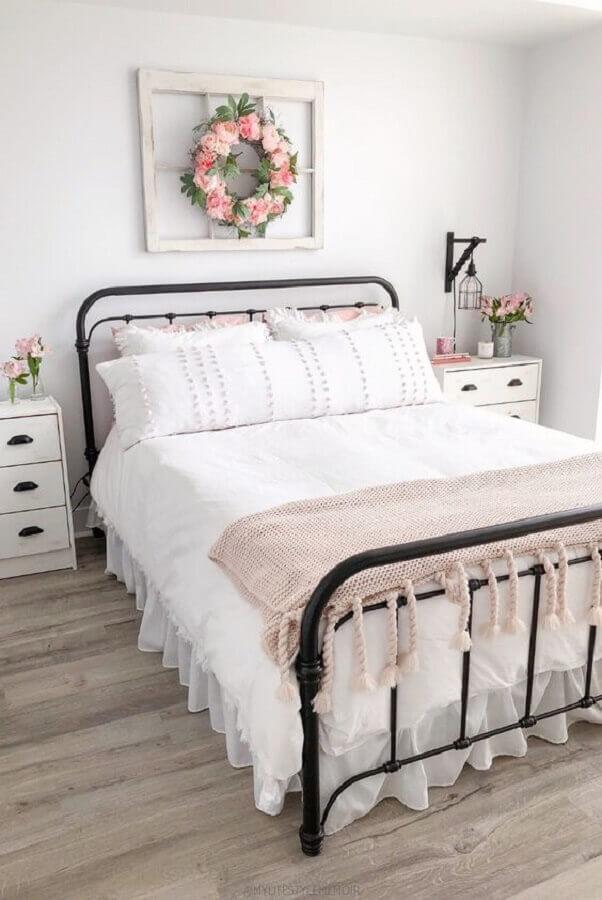 Cama de ferro para decoração de quarto de casal simples e romântico
