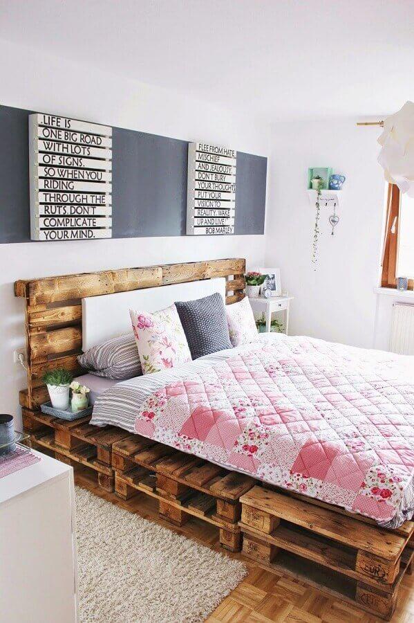 Cama de pallet para decoração de quarto de casal simples e barato