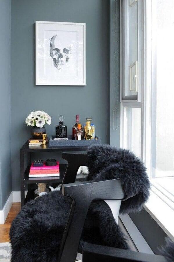 Cantinho de descanso decorado com poltrona preta moderna
